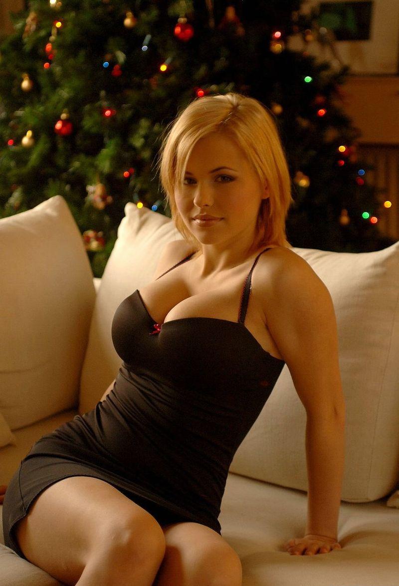 Чудесная блондиночка возле новогодней елки
