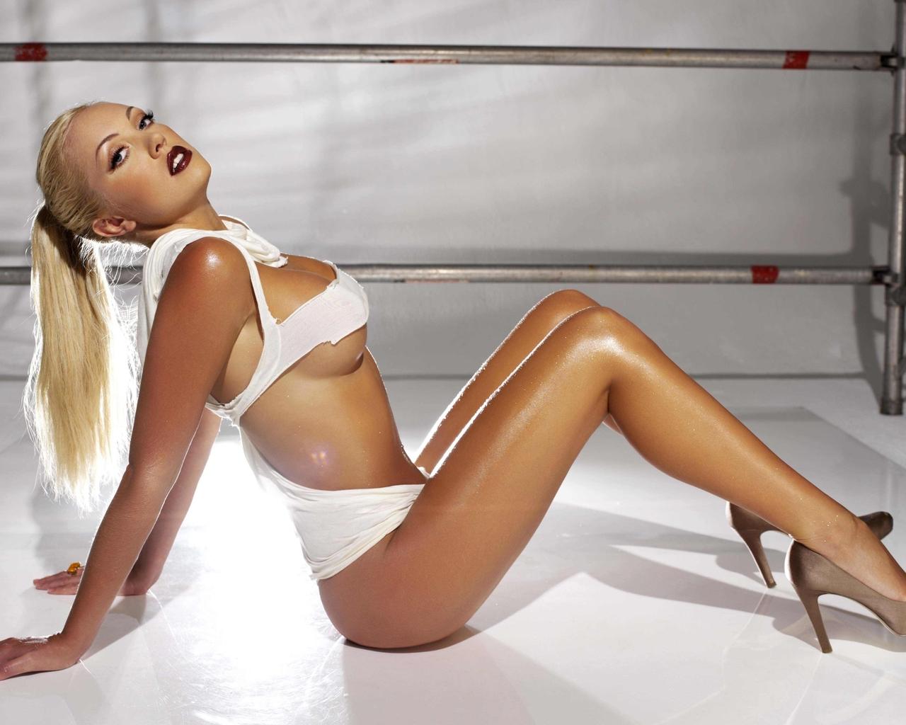 Грудастая блондинка в белых тряпках