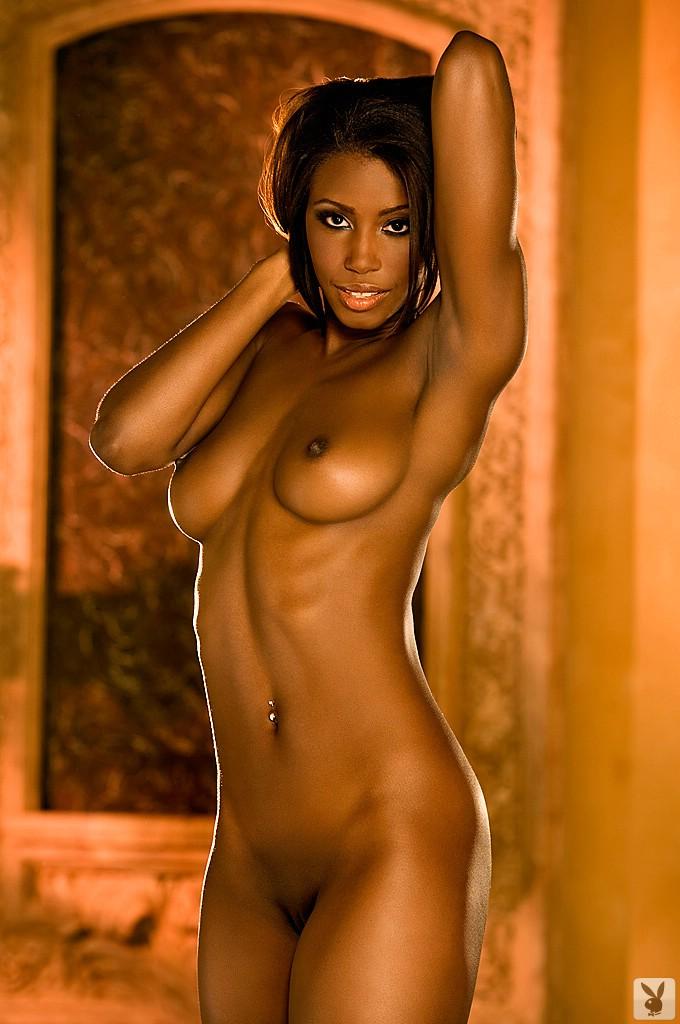 Темнокожая красотка с шикарными сиськами