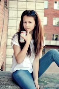 Красивая девочка в джинсах