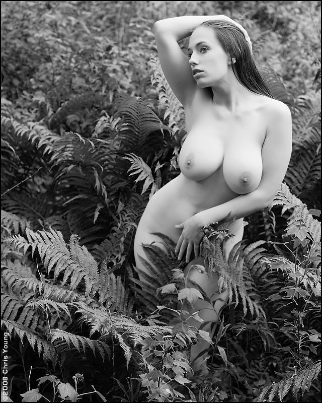 Большегрудая бестия в лоне природы