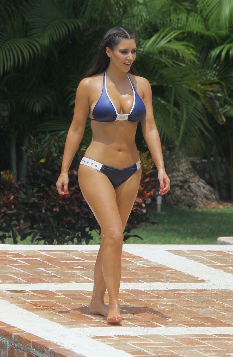 Шикарная Ким Кардашьян на отдыхе у бассейна