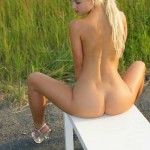 Милая блондиночка на скамейке
