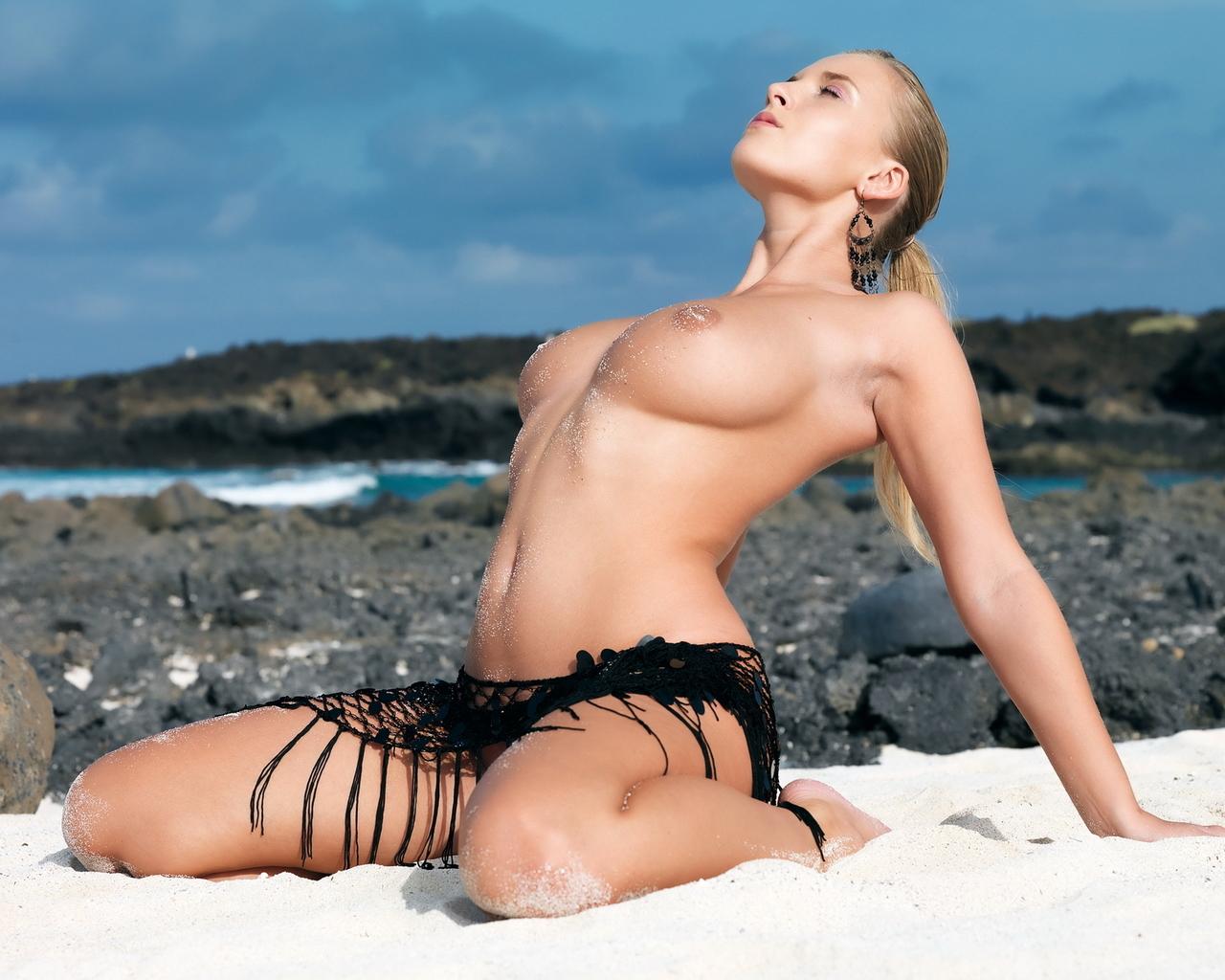Большегрудая богиня на берегу моря
