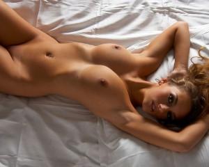 Великолепная блондиночка на белой кровати