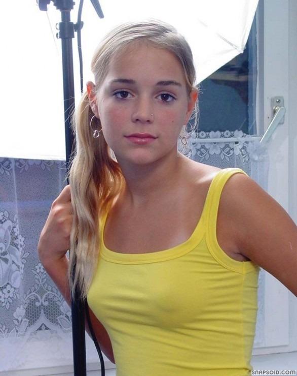 Молоденькая блондинка с прекрасным лицом