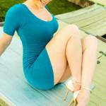 Большегрудая милашка в синем платье