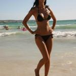 Загорелая красотка на пляже