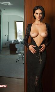 Великолепная брюнеточка с большой грудью
