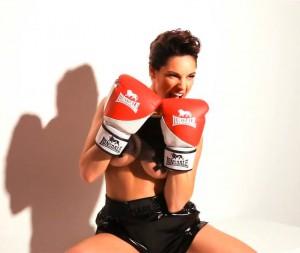 140718-Kelly-Brook-Boxing-Gloves-Under-Boob