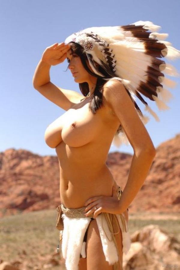 Большегрудая красавица в образе индейки