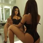 Азиатка с упругой попкой перед зеркалом