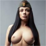 Красивая брюнетка в армейской пелотке
