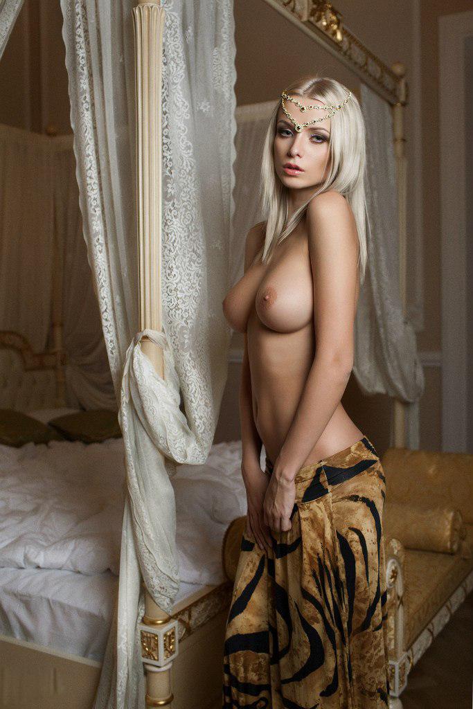 Грудастая блондиночка у кровати