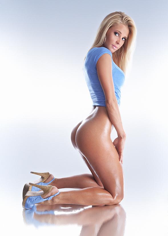 Блондинка с очаровательной попкой