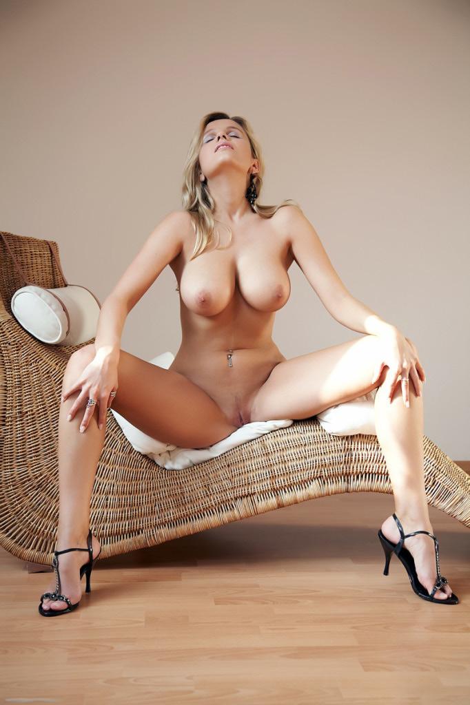 Пышный бюст красивой блондинки на кушетке