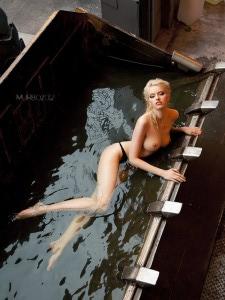 Сексуальная блондинка в ковше экскаватора