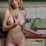 Милая блондинка с пухлыми губами