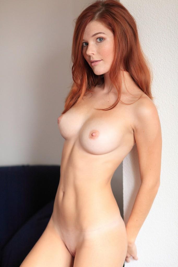 Рыжая милашка с отличной грудью