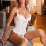 Стройная блондинка в обтягивающем нижнем белье