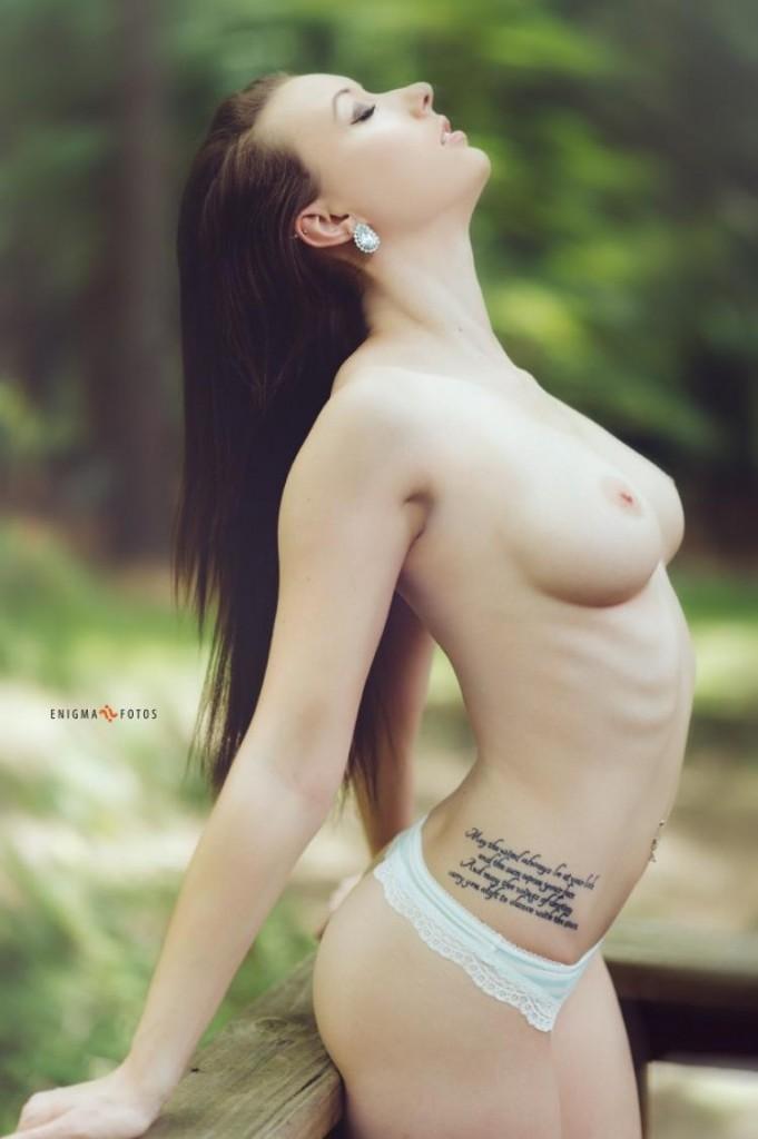 Великолепная брюнетка с большой грудью