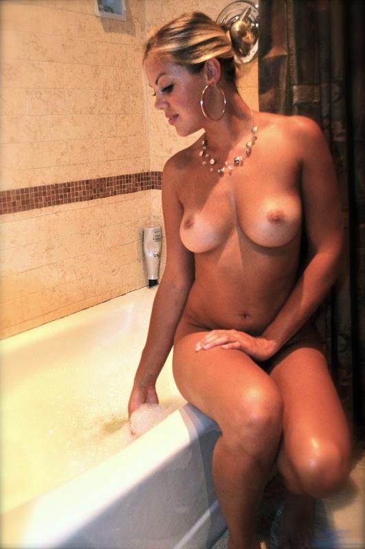 Горячая латиночка в ванной