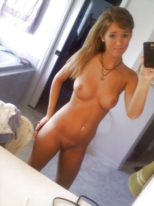 Классная девочка фоткает себя в ванной