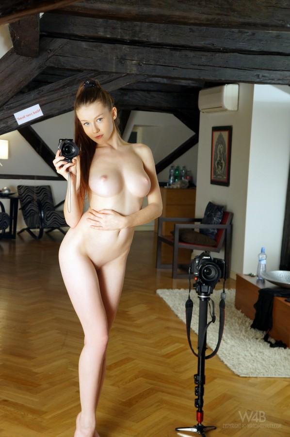 Милашка Emily с потрясающей большой грудью