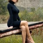 Великолепная красавица сидит на мостике