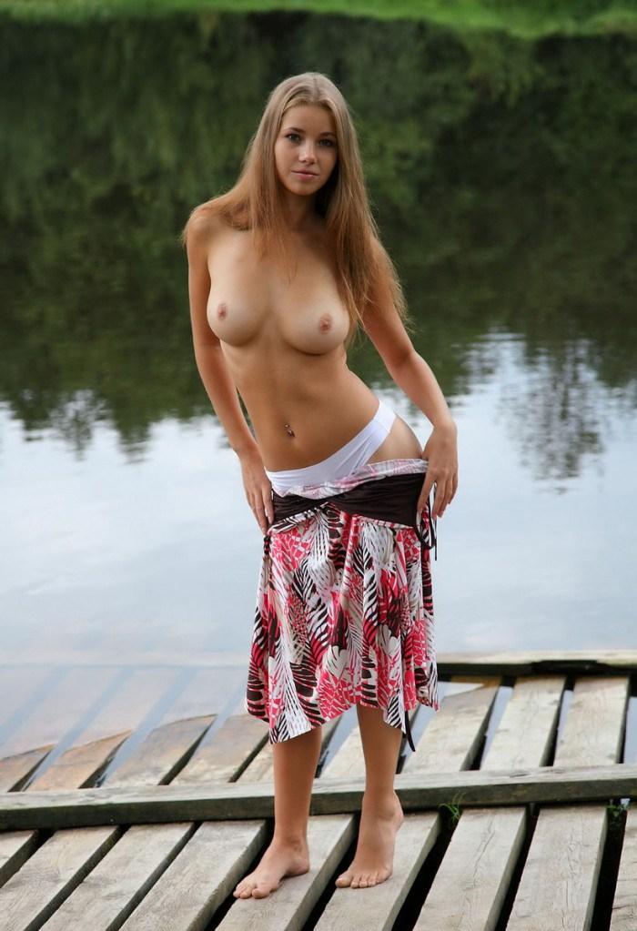 Голая красивая в речке секс