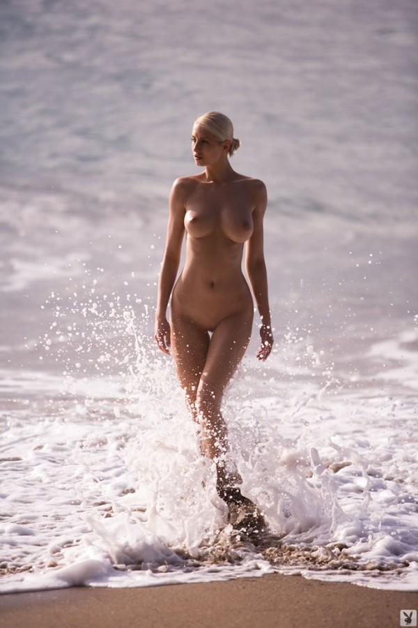 Блондиночка Stanislava K на море