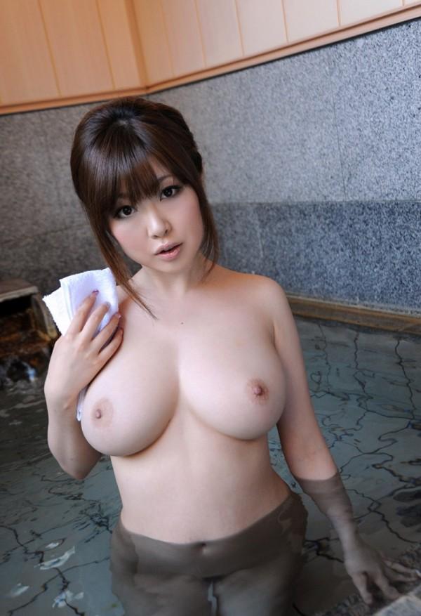 Большегрудая азиатка купается в бассейне