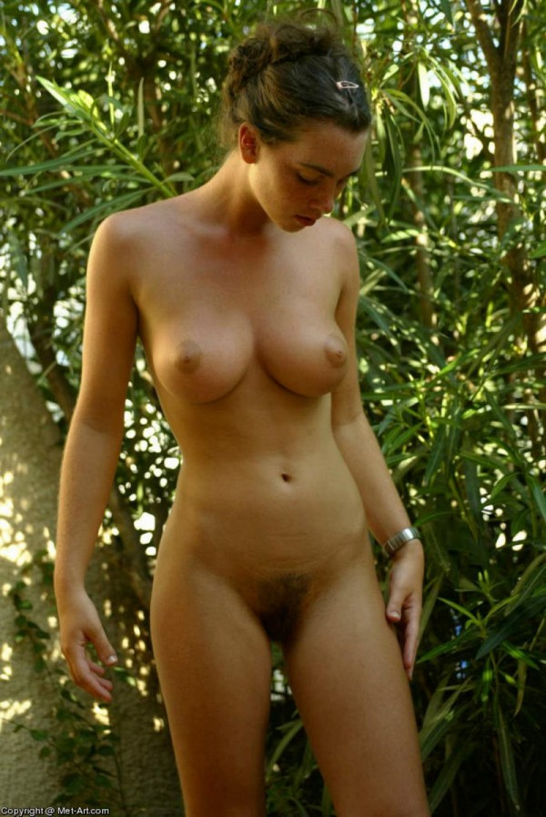 Брюнетка с пышной грудью в лесу