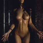 Влажная брюнетка с идеальной грудью
