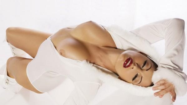 Брюнеточка с потрясной грудью на белом фоне