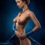 Девушка с шикарной грудью в синем платье