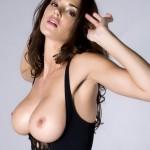 Красивая брюнетка с классной грудью