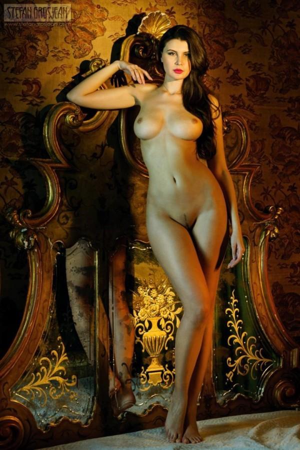 Красивейшая брюнетка с идальной грудью