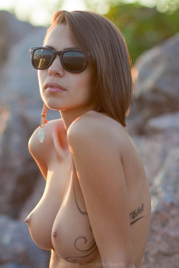 Классная девушка с большой грудью в очках