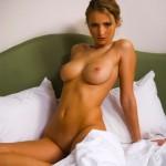 Красивейшая блондиночка на кровати
