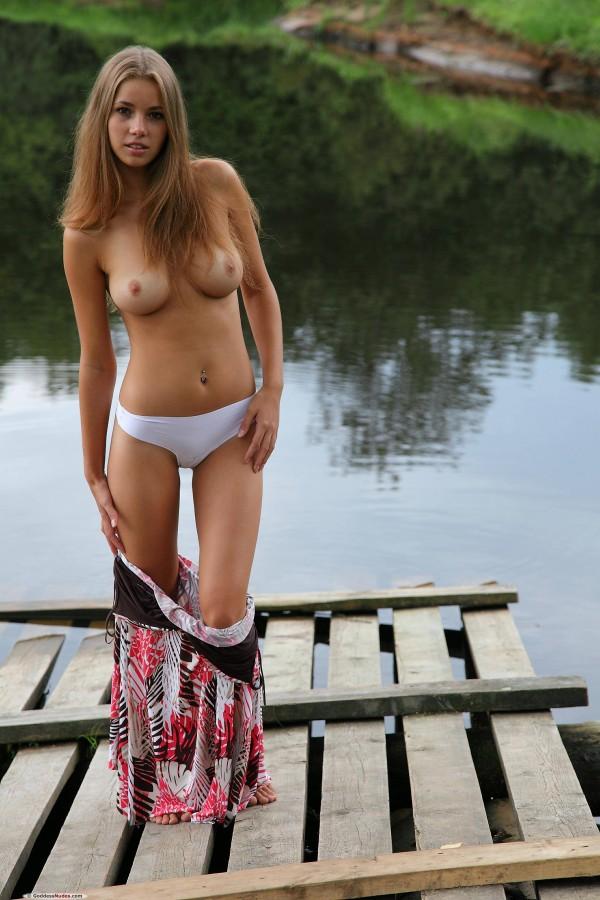 Обалденная малышка на берегу реки
