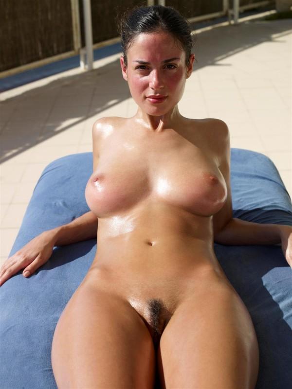 Влажная брюнетка загорает на солнце