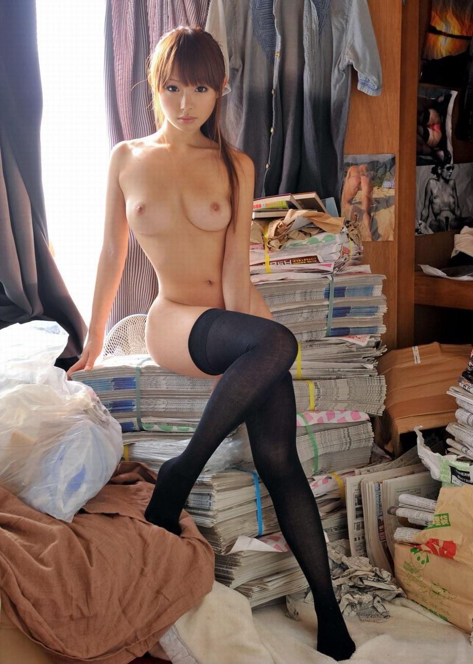 Красивая голая азиатка с милой грудью