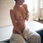 Голая брюнетка в ванной