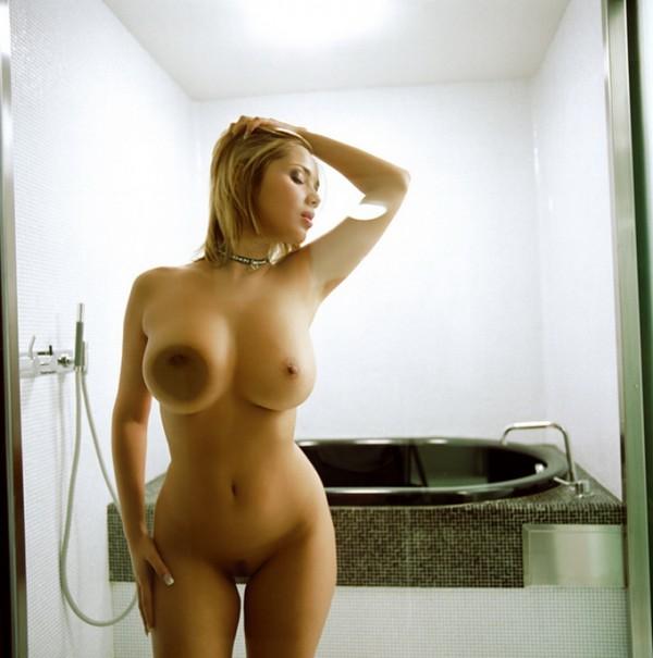 Фигуристая блонда в ванной
