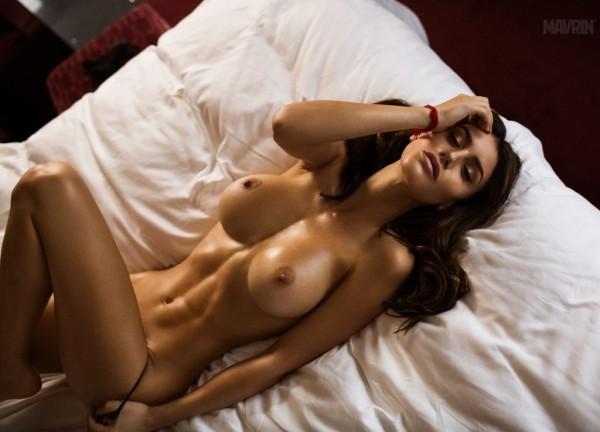Жгучая брюнеточка с огромной грудью