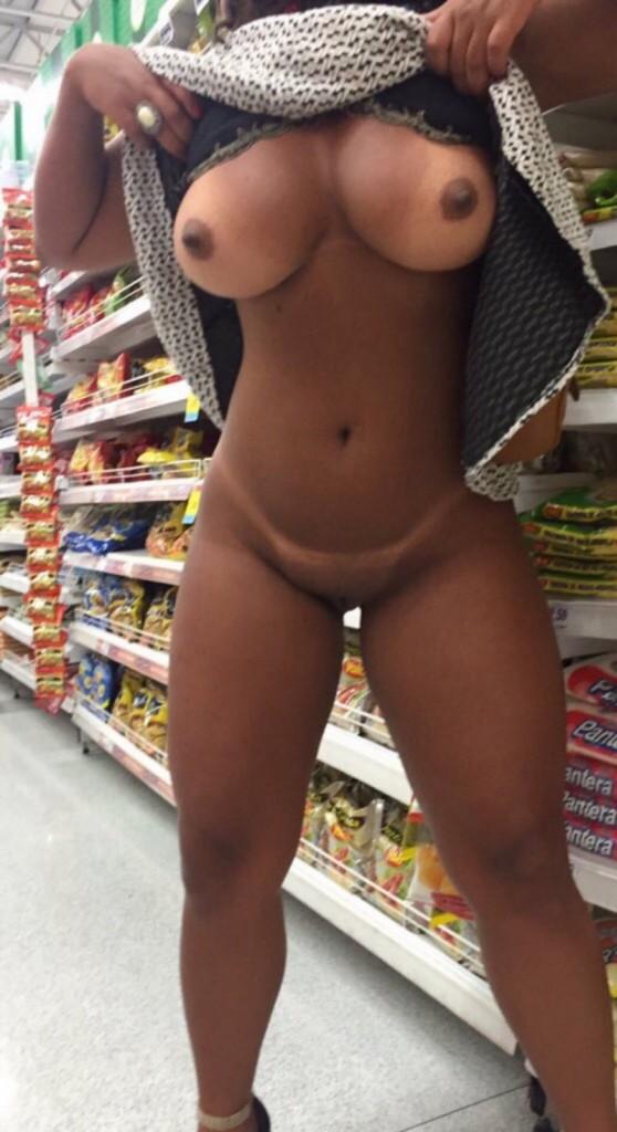 Загорелая мулатка засветила свое идеальное тело в магазине