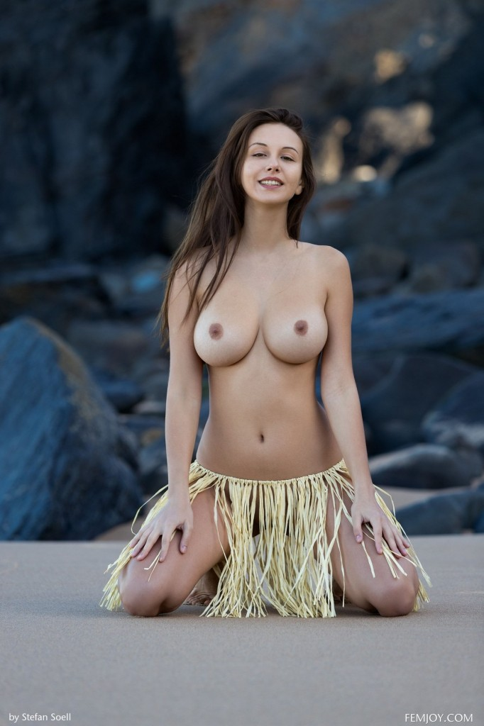 Симпатичная брюнетка Алиса с огромной грудью