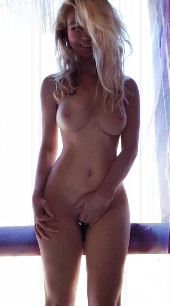 Смущенная блондинка стесняется показать свою киску