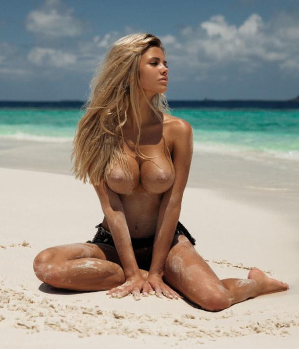 Идеальная блондинка на берегу океана